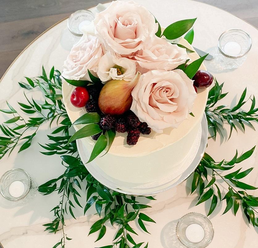 wedding cake flowers styling